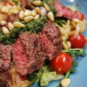 Pihvisalaatti Chimichurri steak salad
